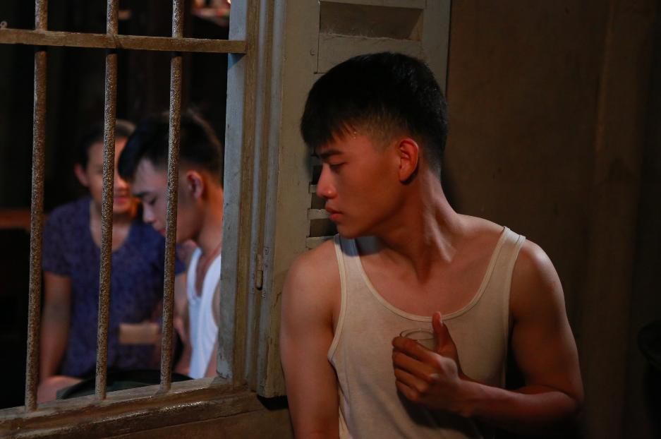 Anh Tú (Cười xuyên Việt) nắm tay bạn trai đến trường trong phim thanh xuân đồng tính Việt - Ảnh 11.