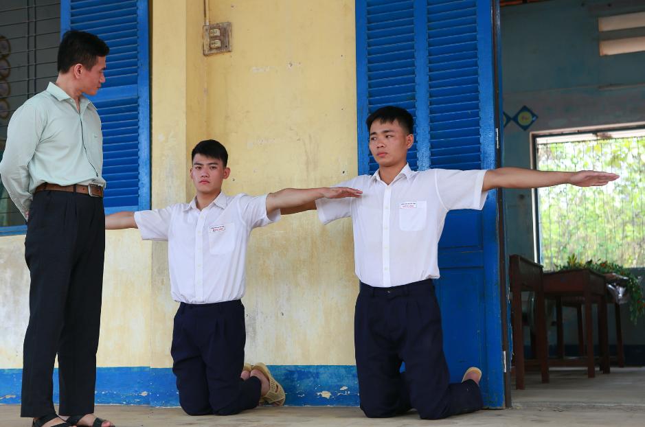 Anh Tú (Cười xuyên Việt) nắm tay bạn trai đến trường trong phim thanh xuân đồng tính Việt - Ảnh 10.