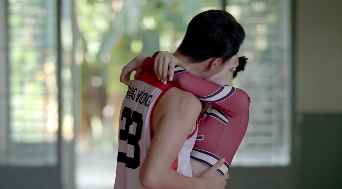 Glee Việt tuần này: Nghiêm túc đeo đuổi nhưng Hữu Vi vẫn bất lực nhìn Angela Phương Trinh ôm hôn Rocker Nguyễn - Ảnh 3.
