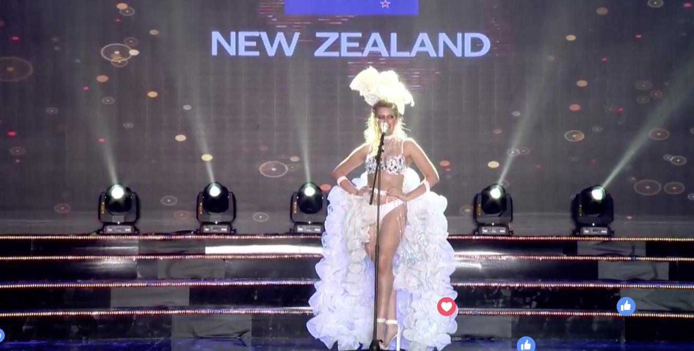 Clip: Huyền My mặc quốc phục hoành tráng, tỏa sáng trên sân khấu Miss Grand International 2017 - Ảnh 13.