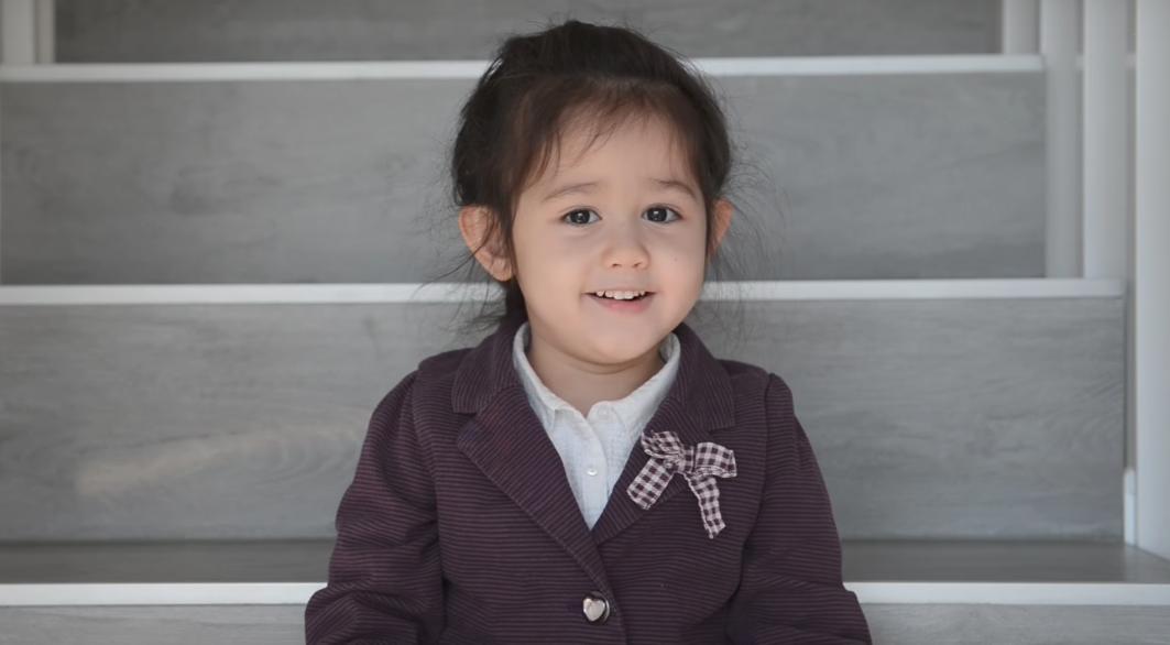 Bạn nghĩ sao khi hit Em gái mưa của Hương Tràm được thể hiện bởi bé gái Tây 4 tuổi cực đáng yêu này? - Ảnh 2.