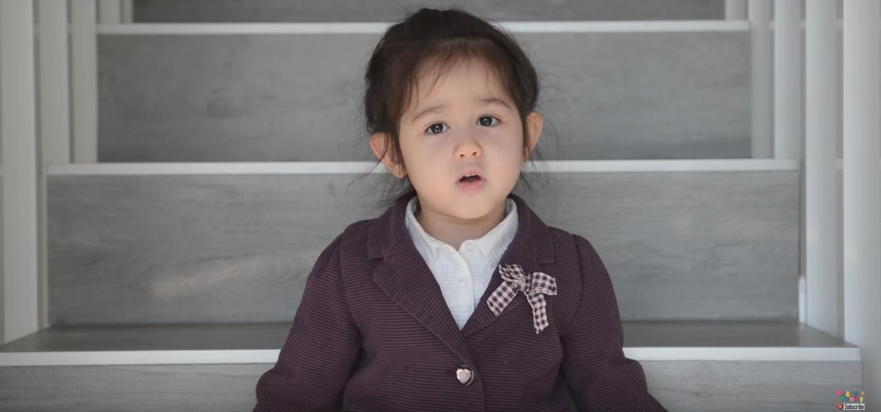 Bạn nghĩ sao khi hit Em gái mưa của Hương Tràm được thể hiện bởi bé gái Tây 4 tuổi cực đáng yêu này? - Ảnh 3.