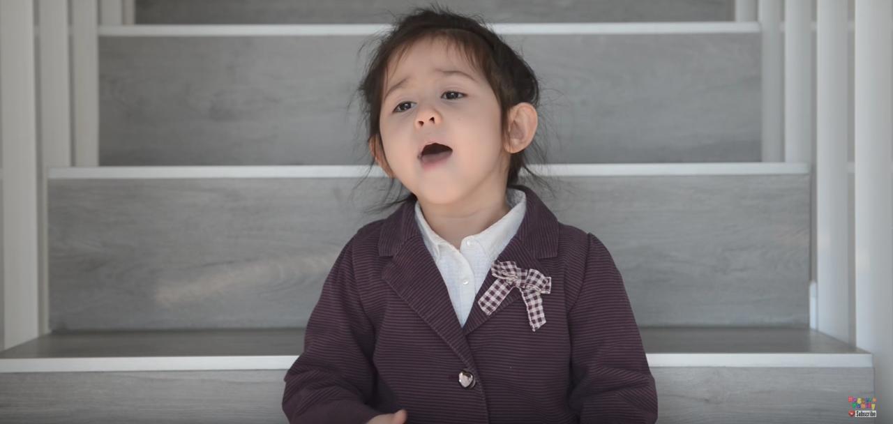 Bạn nghĩ sao khi hit Em gái mưa của Hương Tràm được thể hiện bởi bé gái Tây 4 tuổi cực đáng yêu này? - Ảnh 4.