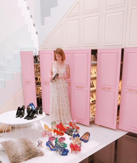 Con gái sẽ phải thích mê khi ngắm 6 tủ toàn giày hiệu của Ngọc Trinh cho mà xem! - Ảnh 4.