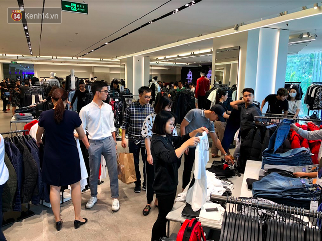 H&M vỡ trận ngay ngày đầu mở bán, Zara vẫn đông nhưng đã ổn định hơn hậu khai trương - Ảnh 2.