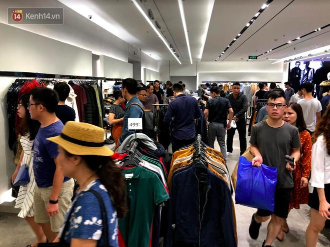 H&M vỡ trận ngay ngày đầu mở bán, Zara vẫn đông nhưng đã ổn định hơn hậu khai trương - Ảnh 4.