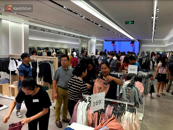H&M vỡ trận ngay ngày đầu mở bán, Zara vẫn đông nhưng đã ổn định hơn hậu khai trương - Ảnh 3.