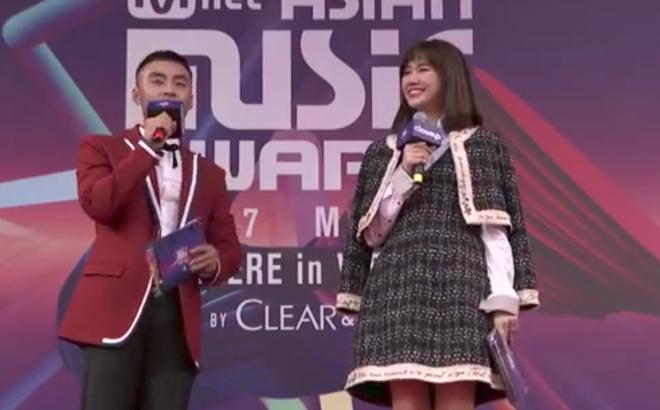 """Hari Won bị """"ném đá"""" vì dẫn chương trình vô duyên"""