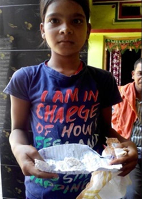 Cô bé 11 tuổi khóc ra những hạt bông gạo trắng muốt - Ảnh 1.