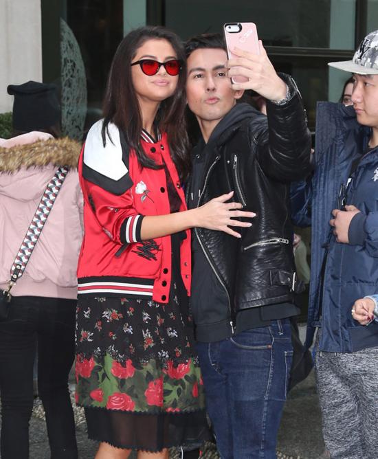 Selena Gomez chính là ngôi sao chăm tự sướng cùng fan nhất - Ảnh 22.