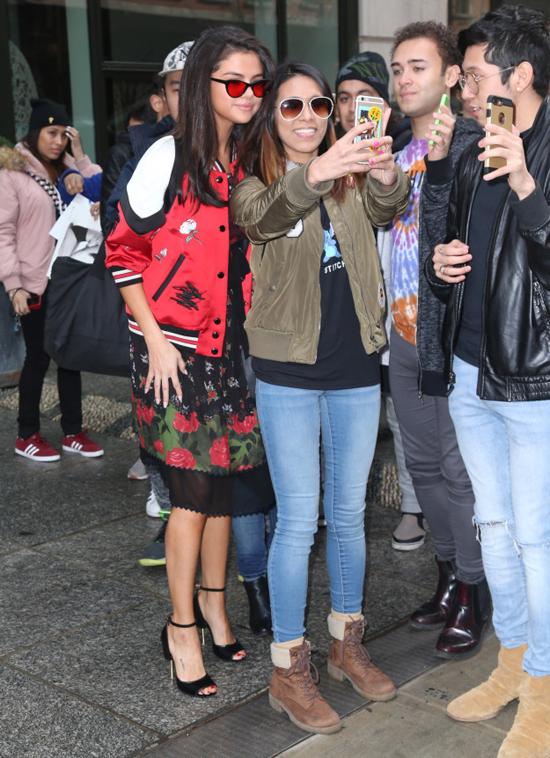 Selena Gomez chính là ngôi sao chăm tự sướng cùng fan nhất - Ảnh 10.