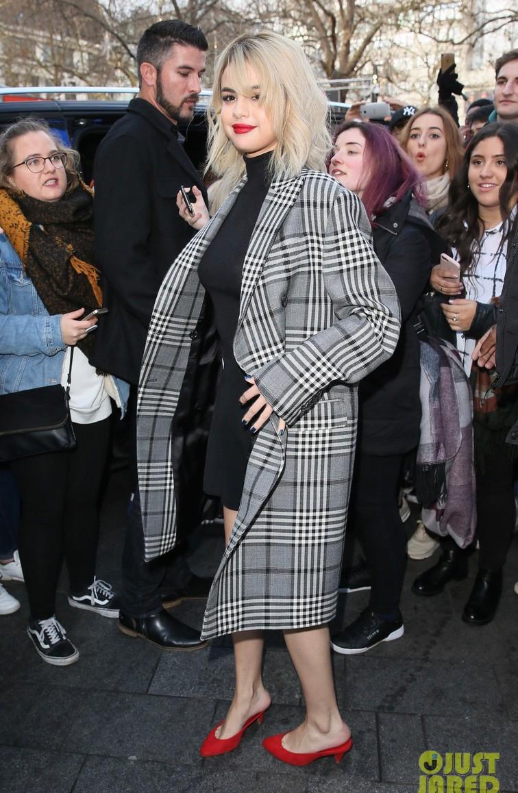Chịu khó đến mức đỉnh cao: Selena Gomez thay 5 bộ đồ 1 ngày, được cái bộ nào cũng đẹp - Ảnh 4.