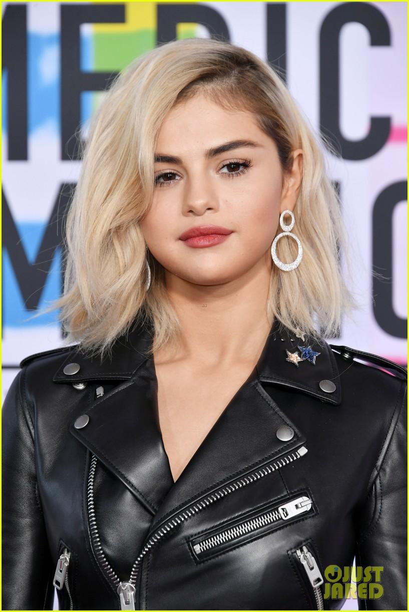 Thảm đỏ AMA 2017: Selena Gomez lạ lẫm với tóc vàng, BTS xuất hiện điển trai cùng dàn sao quốc tế - Ảnh 2.