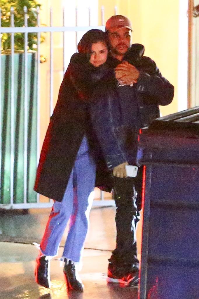 HOT: Selena Gomez lộ ảnh công khai hôn môi The Weeknd tình tứ - Ảnh 1.