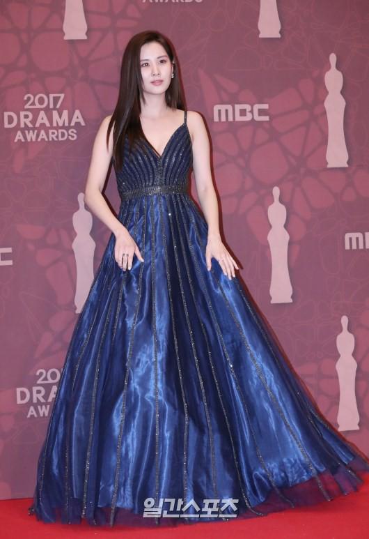 Thảm đỏ MBC Drama Awards hội tụ 30 sao khủng: Rắn độc Hyoyoung cúi người khoe ngực đồ sộ, chấp hết dàn mỹ nhân hạng A - Ảnh 11.