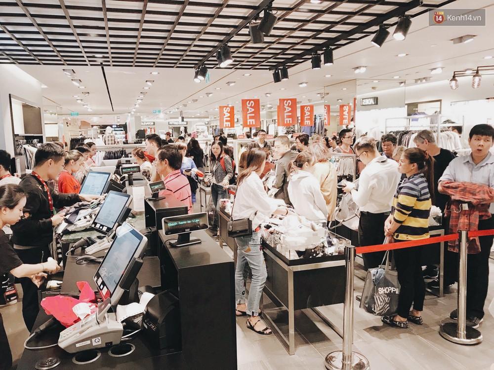 Thông báo sale tới 50%, H&M khiến tín đồ thời trang Hà Nội hụt hẫng vì sale quá ít đồ và không sale đồ Đông - Ảnh 15.