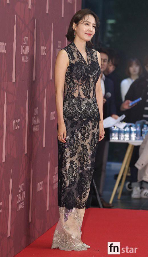 Thảm đỏ MBC Drama Awards hội tụ 30 sao khủng: Rắn độc Hyoyoung cúi người khoe ngực đồ sộ, chấp hết dàn mỹ nhân hạng A - Ảnh 44.