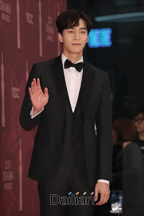 Thảm đỏ MBC Drama Awards hội tụ 30 sao khủng: Rắn độc Hyoyoung cúi người khoe ngực đồ sộ, chấp hết dàn mỹ nhân hạng A - Ảnh 45.