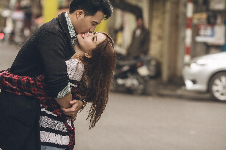 Sĩ Thanh và bạn trai bác sĩ 6 múi không ngại hôn nhau giữa đường phố Hà Nội - Ảnh 1.