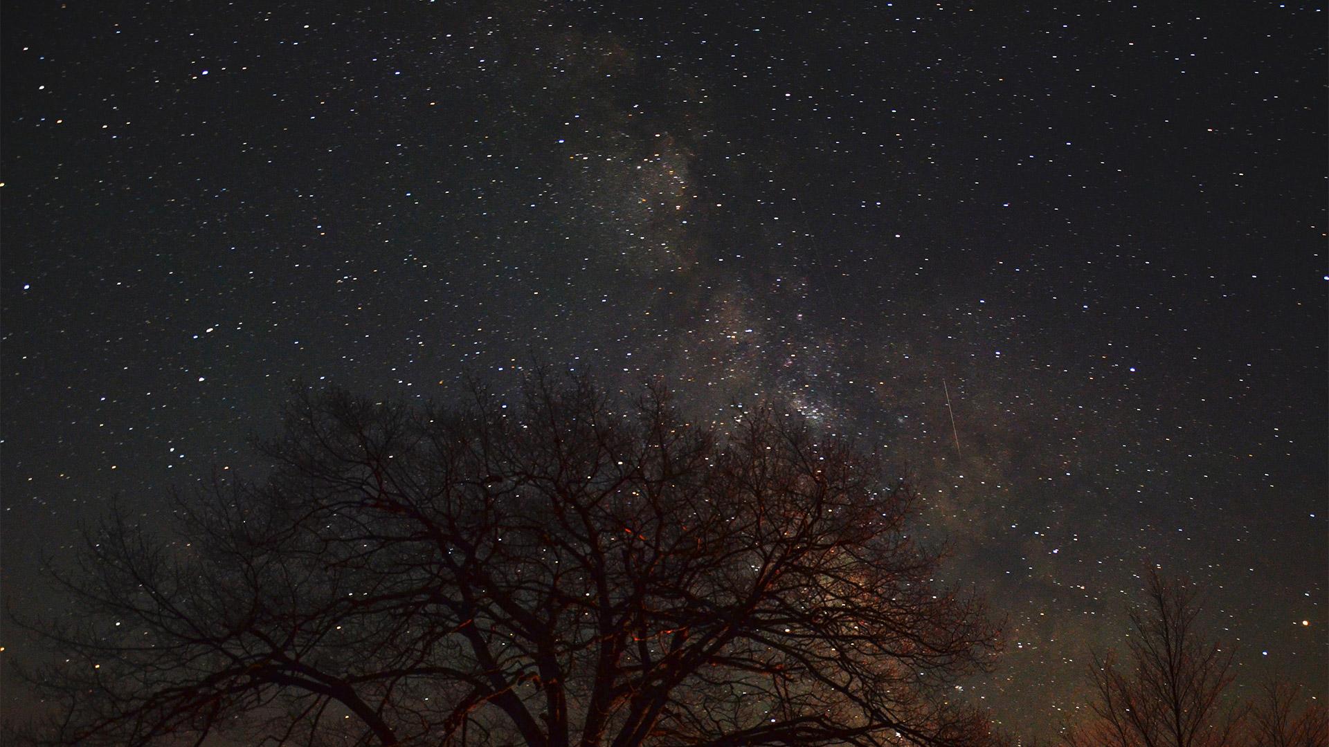 Tại sao đêm đến trời lại tối? Bí ẩn 200 năm nay mới có lời