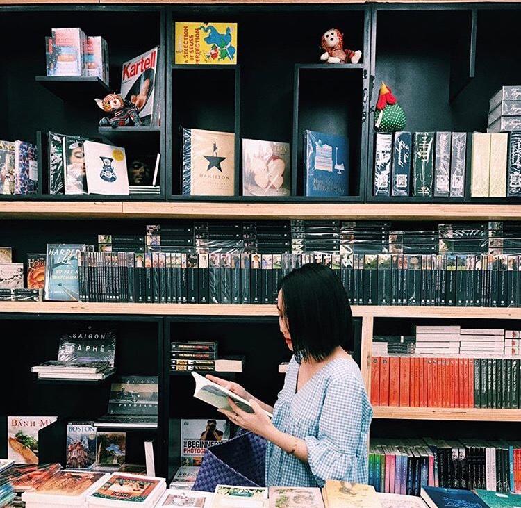 Nhà sách 4 tầng vừa có triển lãm, vừa có cà phê, lại đầy góc chụp ảnh sống ảo đang làm giới trẻ Hà Nội mê mệt - Ảnh 1.