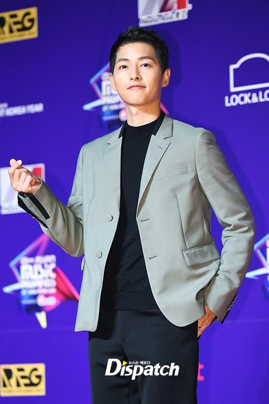 Thảm đỏ MAMA Hồng Kông: Song Joong Ki và Lee Young Ae mê mẩn EXO, Wanna One, Kang Daniel kê cả đầu xuống sàn - Ảnh 3.