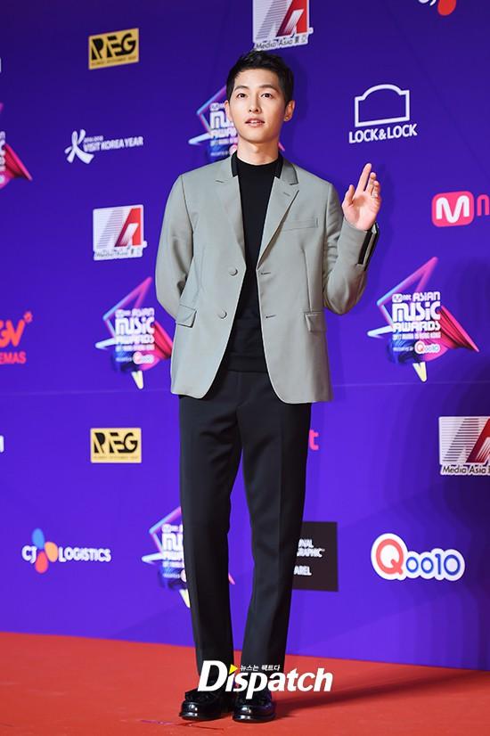 Thảm đỏ MAMA Hồng Kông: Song Joong Ki và Lee Young Ae mê mẩn EXO, Wanna One, Kang Daniel kê cả đầu xuống sàn - Ảnh 1.
