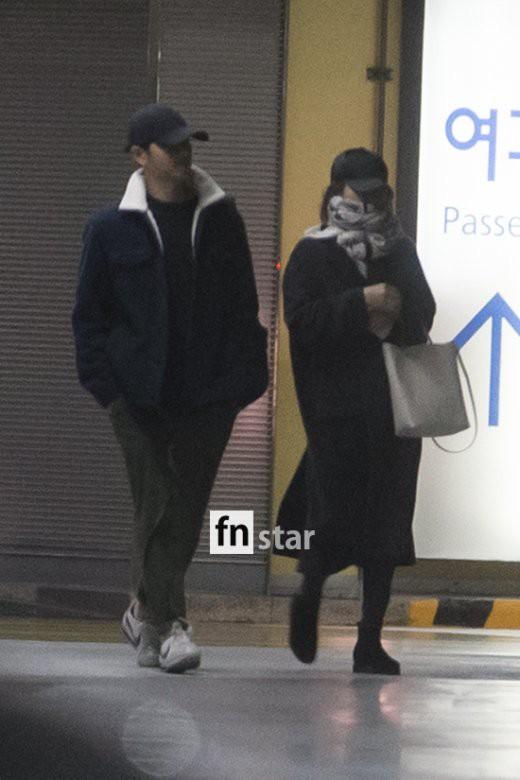 Clip: Song Joong Ki và Song Hye Kyo về nước sau tuần trăng mật, nhưng sao xa cách thế này? - Ảnh 4.