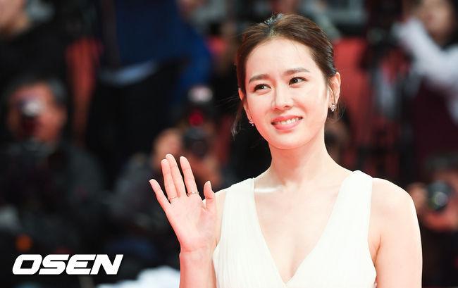 Thảm đỏ hot nhất hôm nay: Yoona khoe lưng trần bên tài tử Jang Dong Gun, sao Vì sao đưa anh tới lộ hàng - Ảnh 11.