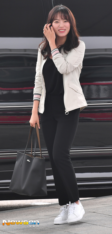 Chọn giày màu chói lọi ra phố, chẳng trách street style của Hà Hồ và Ngọc Trinh nổi nhất tuần - Ảnh 15.