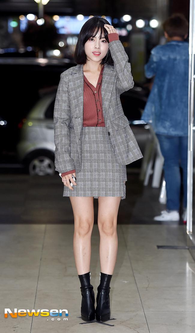 Chọn giày màu chói lọi ra phố, chẳng trách street style của Hà Hồ và Ngọc Trinh nổi nhất tuần - Ảnh 14.
