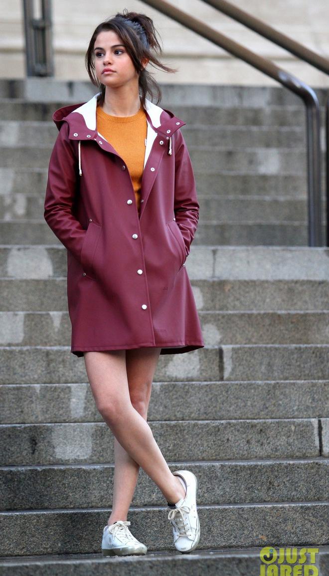 Chọn giày màu chói lọi ra phố, chẳng trách street style của Hà Hồ và Ngọc Trinh nổi nhất tuần - Ảnh 22.