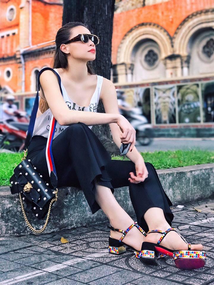 Chọn giày màu chói lọi ra phố, chẳng trách street style của Hà Hồ và Ngọc Trinh nổi nhất tuần - Ảnh 1.