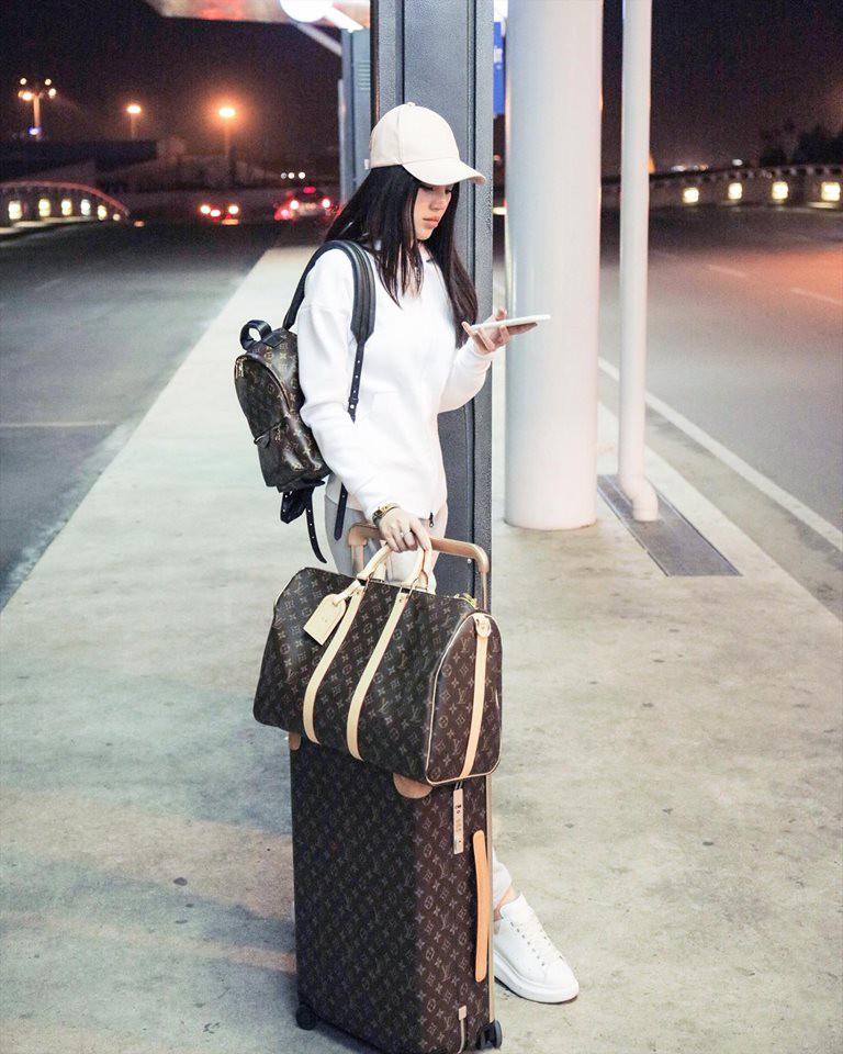 Kết quả hình ảnh cho thời trang sân bay jolie nguyễn