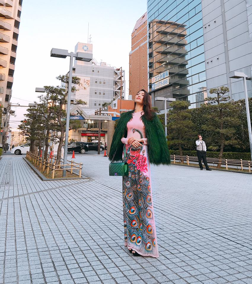 Lan Khuê diễn sâu trên phố Tokyo với áo dài, Selena Gomez tròn trịa vẫn thích mặc hở - Ảnh 1.