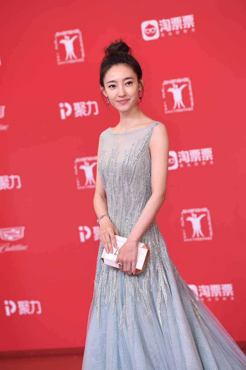 Thảm đỏ LHP Thượng Hải: Hoắc Kiến Hoa nắm chặt tay Châu Tấn, Dương Mịch đọ sắc với Lưu Diệc Phi - Ảnh 12.
