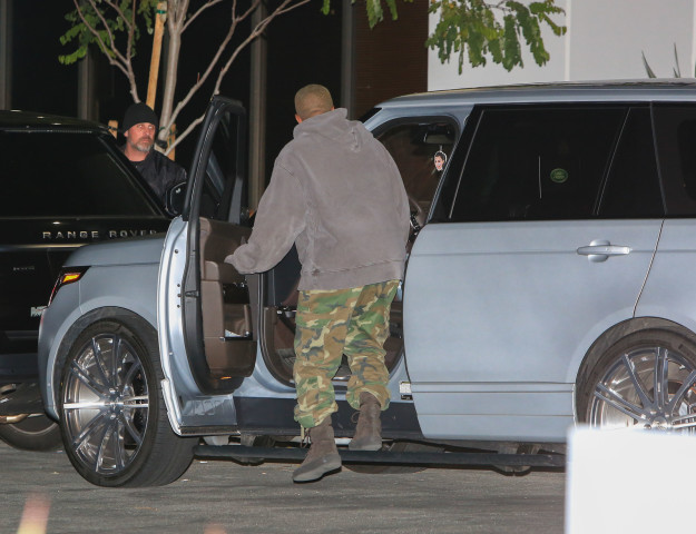 Chỉ việc treo túi thơm hình Kim, Kanye lại khiến dân mạng ngưỡng mộ tình yêu anh dành cho vợ - Ảnh 1.