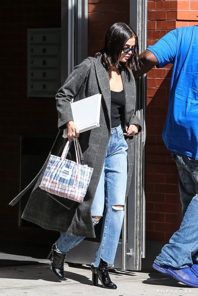 Khí chất như Selena Gomez mà cũng có ngày xách túi na ná bạt công trình ra đường - Ảnh 1.