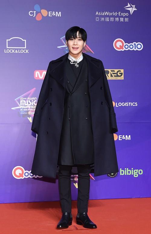Thảm đỏ MAMA Hồng Kông: Song Joong Ki và Lee Young Ae mê mẩn EXO, Wanna One, Kang Daniel kê cả đầu xuống sàn - Ảnh 43.