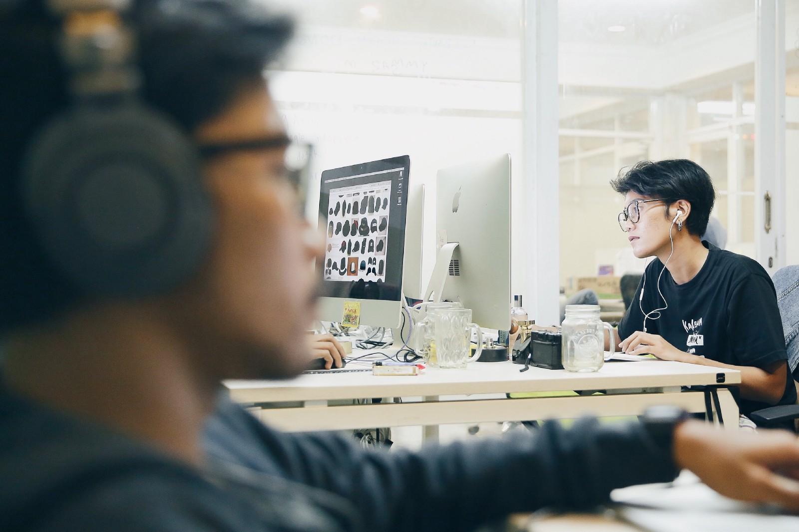 Kiểu đeo tai nghe cực hại mà dân văn phòng thường mắc phải - Ảnh 1.