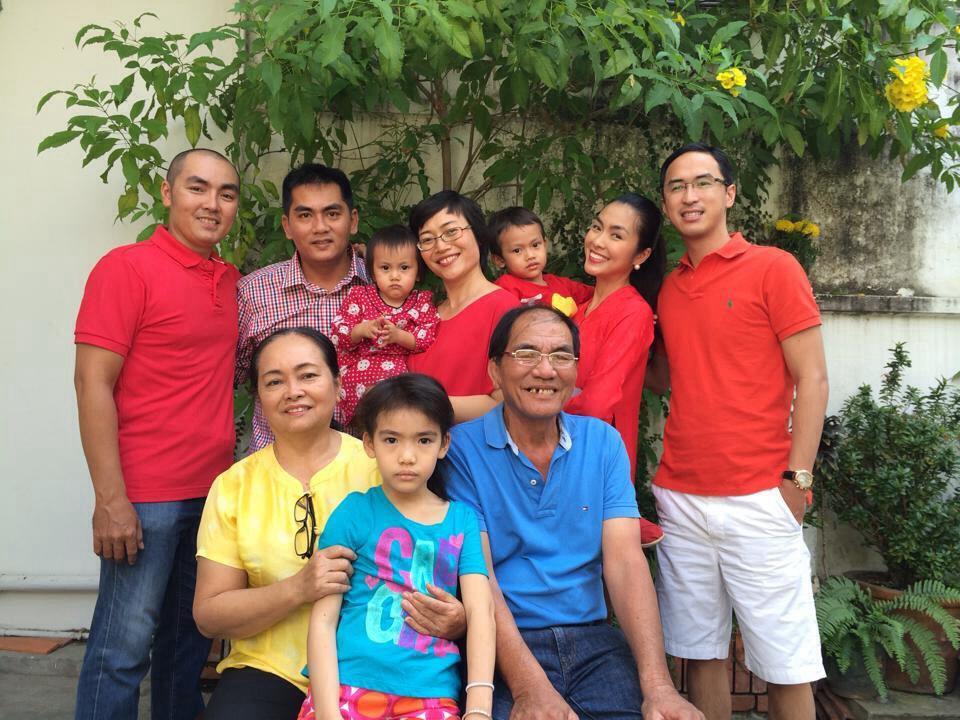 Loạt ảnh hiếm hoi về cuộc sống giản dị mà hạnh phúc bố mẹ ruột Hà Tăng - Ảnh 6.