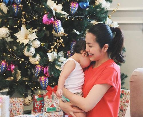 Tăng Thanh Hà và con trai.