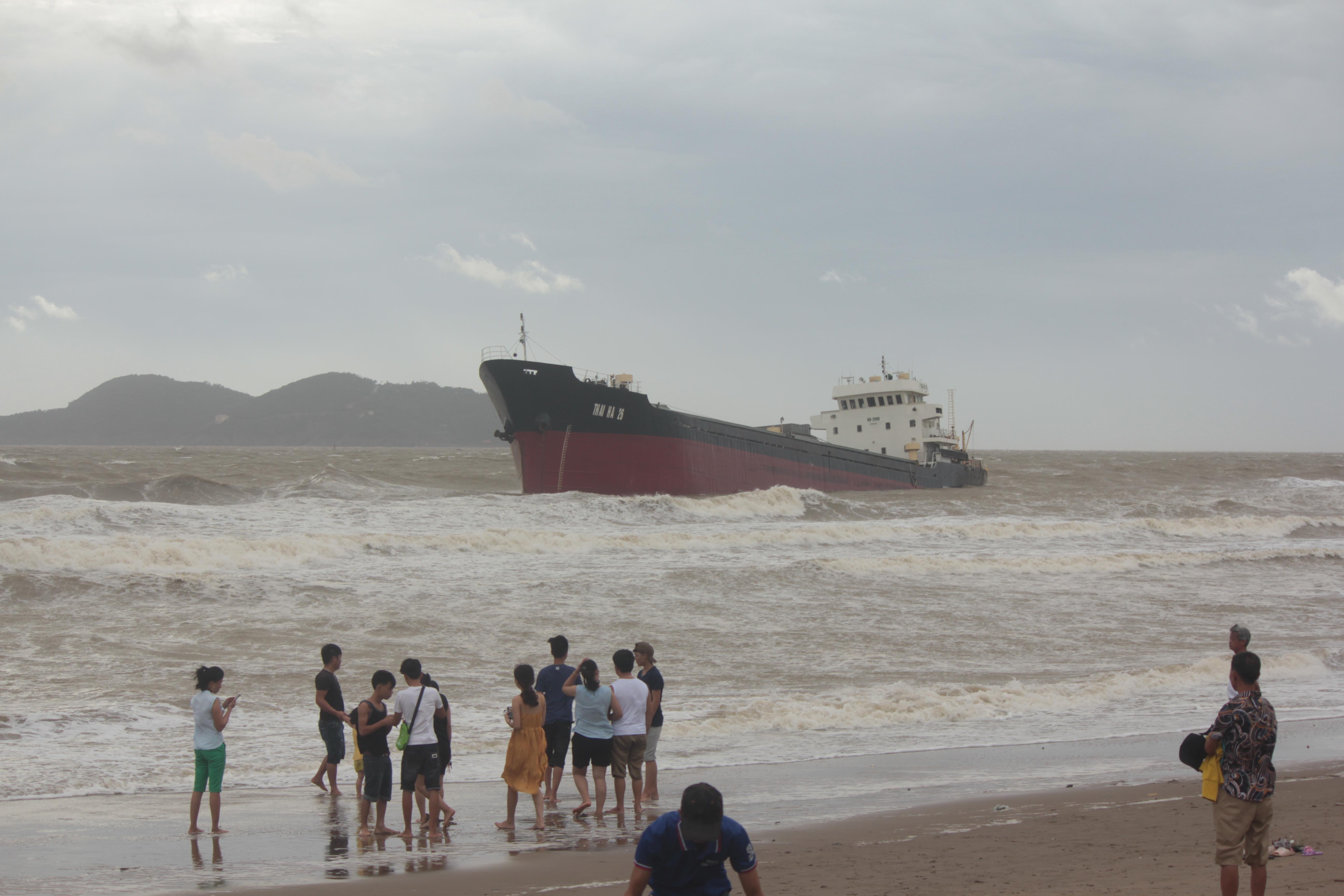 Nghệ An: 13 người mất tích cùng tàu chở than trong cơn bão số 2 - Ảnh 1.