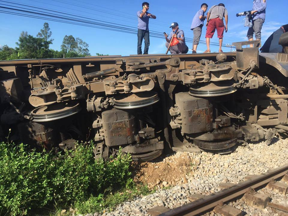 Quảng Bình: Người lái máy cẩu băng qua đường sắt bị tàu hỏa húc văng, 3 toa tàu bị lật - Ảnh 3.