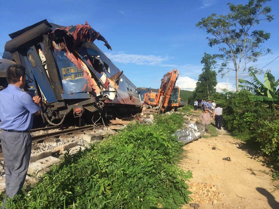 Quảng Bình: Người lái máy cẩu băng qua đường sắt bị tàu hỏa húc văng, 3 toa tàu bị lật - Ảnh 2.