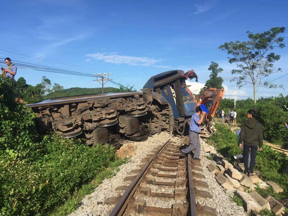 Quảng Bình: Người lái máy cẩu băng qua đường sắt bị tàu hỏa húc văng, 3 toa tàu bị lật - Ảnh 4.