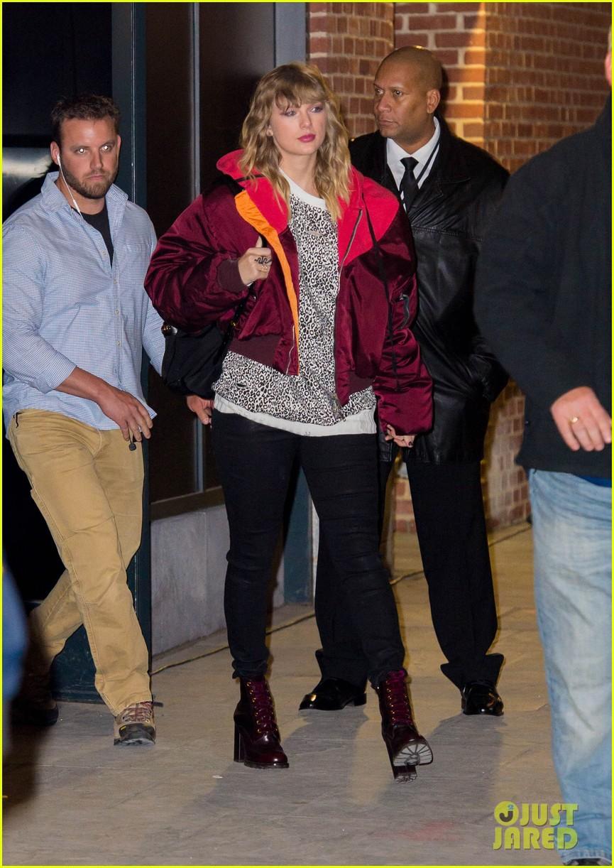 Taylor Swift gây ngỡ ngàng với thân hình phát tướng, hông nở đùi to trên phố - Ảnh 1.