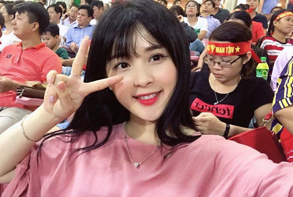 Fan nữ xinh đẹp gây sốt trên sóng truyền hình trận Việt Nam gặp Afghanistan - Ảnh 2.