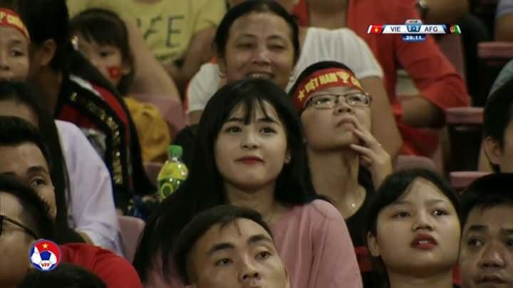 Fan nữ xinh đẹp gây sốt trên sóng truyền hình trận Việt Nam gặp Afghanistan - Ảnh 1.