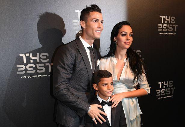 Ronaldo phải chật vật mới khiến cậu con trai lớn Cristiano Jr ngồi ăn tối - Ảnh 2.